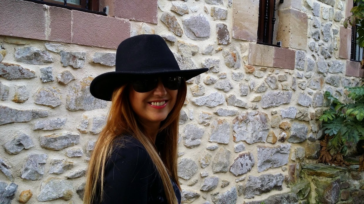 Look con Sombrero, Hat, Fashion Blogger, Street Style, Skirt, Sneakers, T-shirt, Blog de Moda, Carmen Hummer, Glasses, Bag, InStyle, Pechón, Cantabria