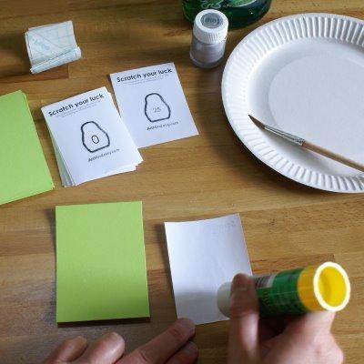 r paso pegamos el papel impreso con el diseo de nuestro rasca y lo pegamos a la cartulina para hacerlo ms doble with regalos manuales originales - Regalos Manuales Originales