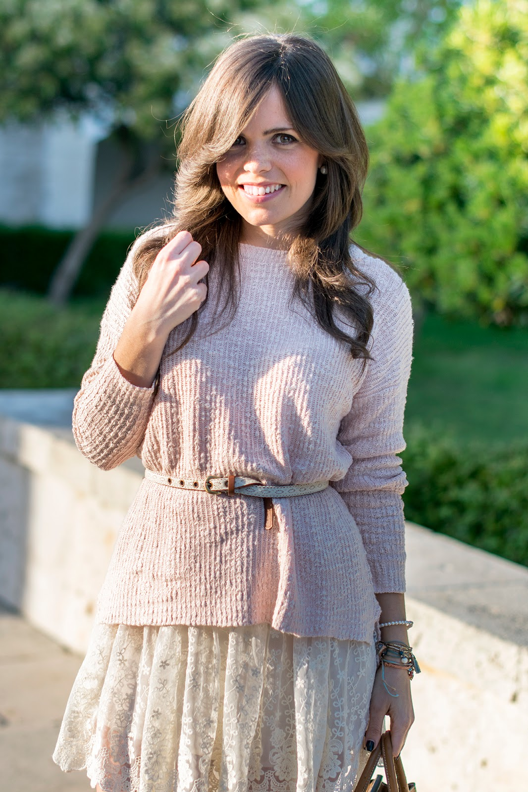 Look con jersey oversize y falda crochet