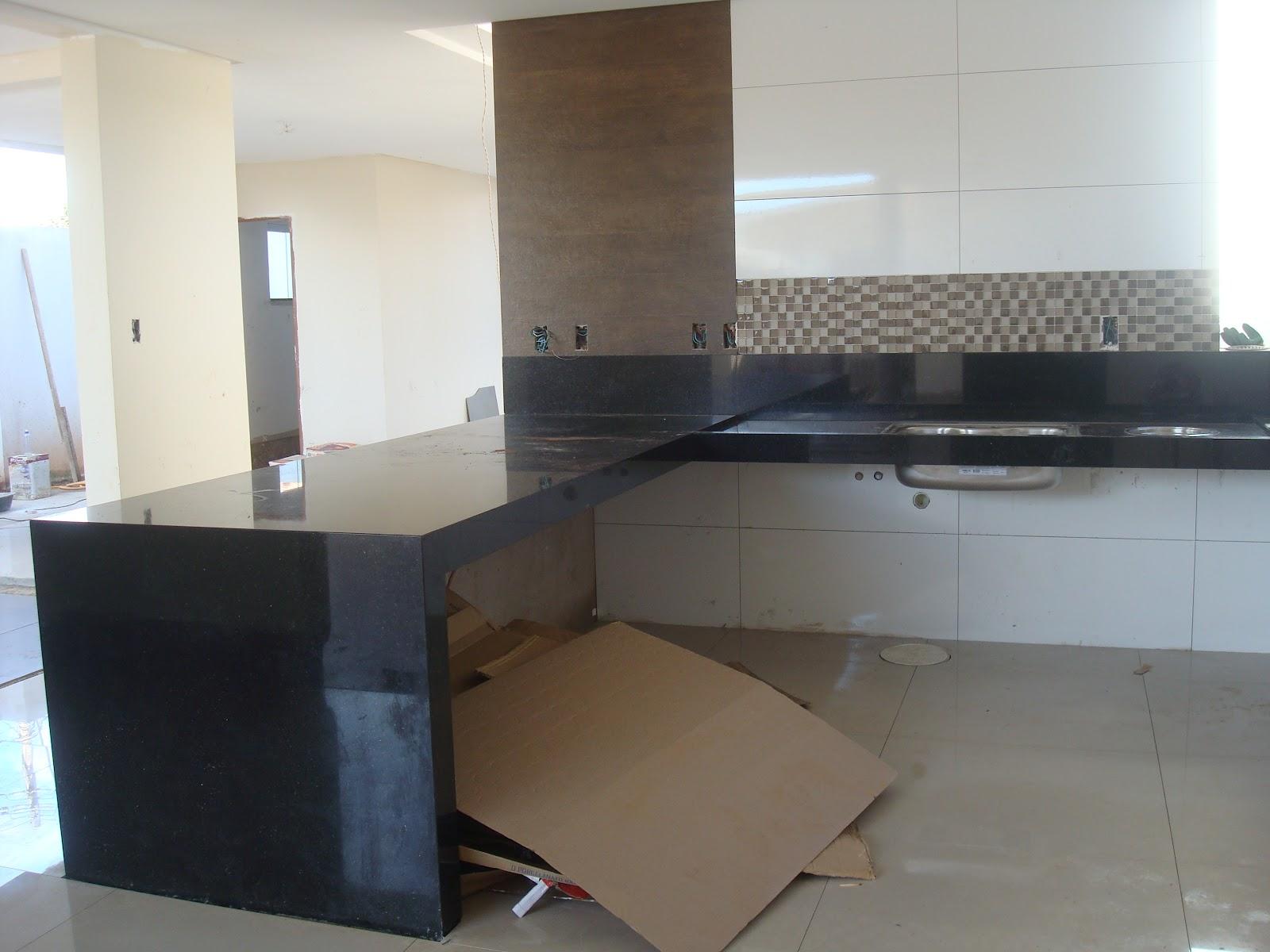 Os armário de cima começa depois daquela parede madeirada e acima  #5D4C3C 1600x1200 Banheiro Com Janela Em Cima Da Pia