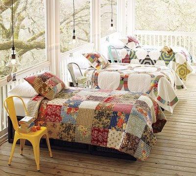 przeszklona weranda, drewniana weranda, weranda z łóżkiem, weranda jako pokój dla gości, pomysł na werandę