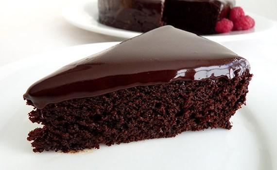 Μια φανταστική αφράτη σοκολατόπιτα με σος  σοκολάτας.
