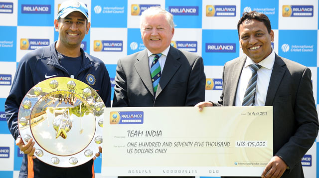 MS-Dhoni-receives-Reliance-ICC-ODI-Championship-Shield-and-cheque