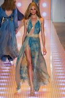 Секси дълга рокля с голяма цепка и деколте, на Versace