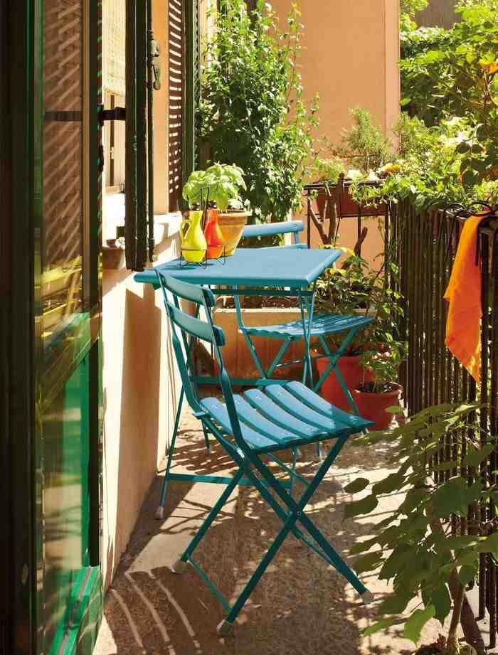 Aranżacja małego balkonu, small balkony ideas, turkusowe krzesła na balkon, turkusowy stolik na balkon