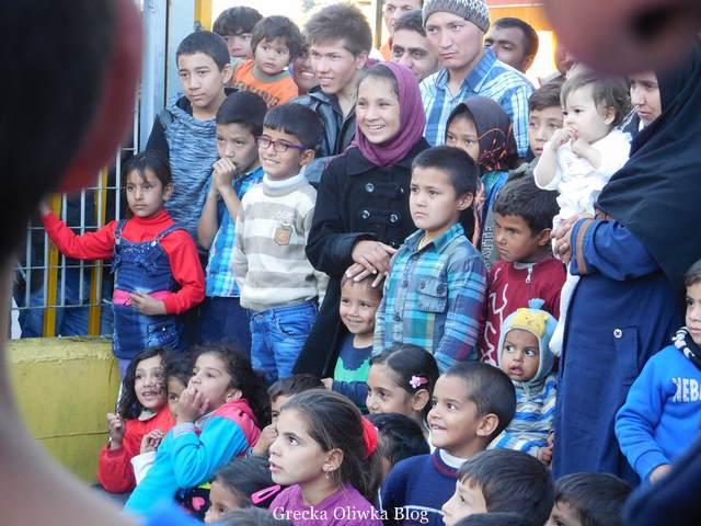 aktorzy wolontariusze w Lesbos,uliczny skecz, widzowie dzieci i dorośli