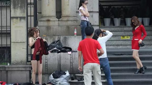 Ganti baju ditempat umum