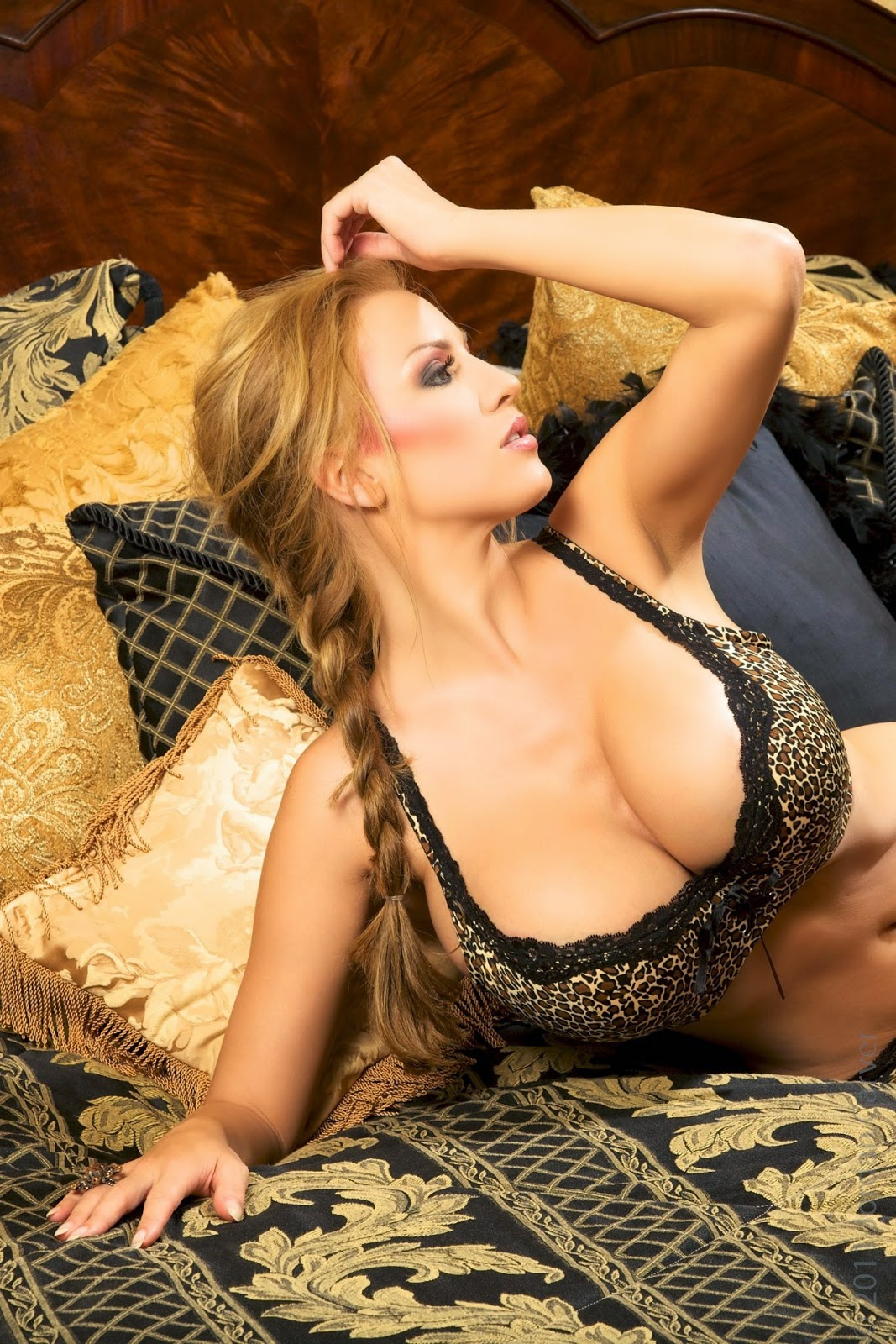 jordan carver show big boobs in bed removing wild things bra topless