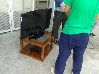 Aficionados preparan un torneo de FIFA en las puertas de las oficinas del Carlos Tartiere
