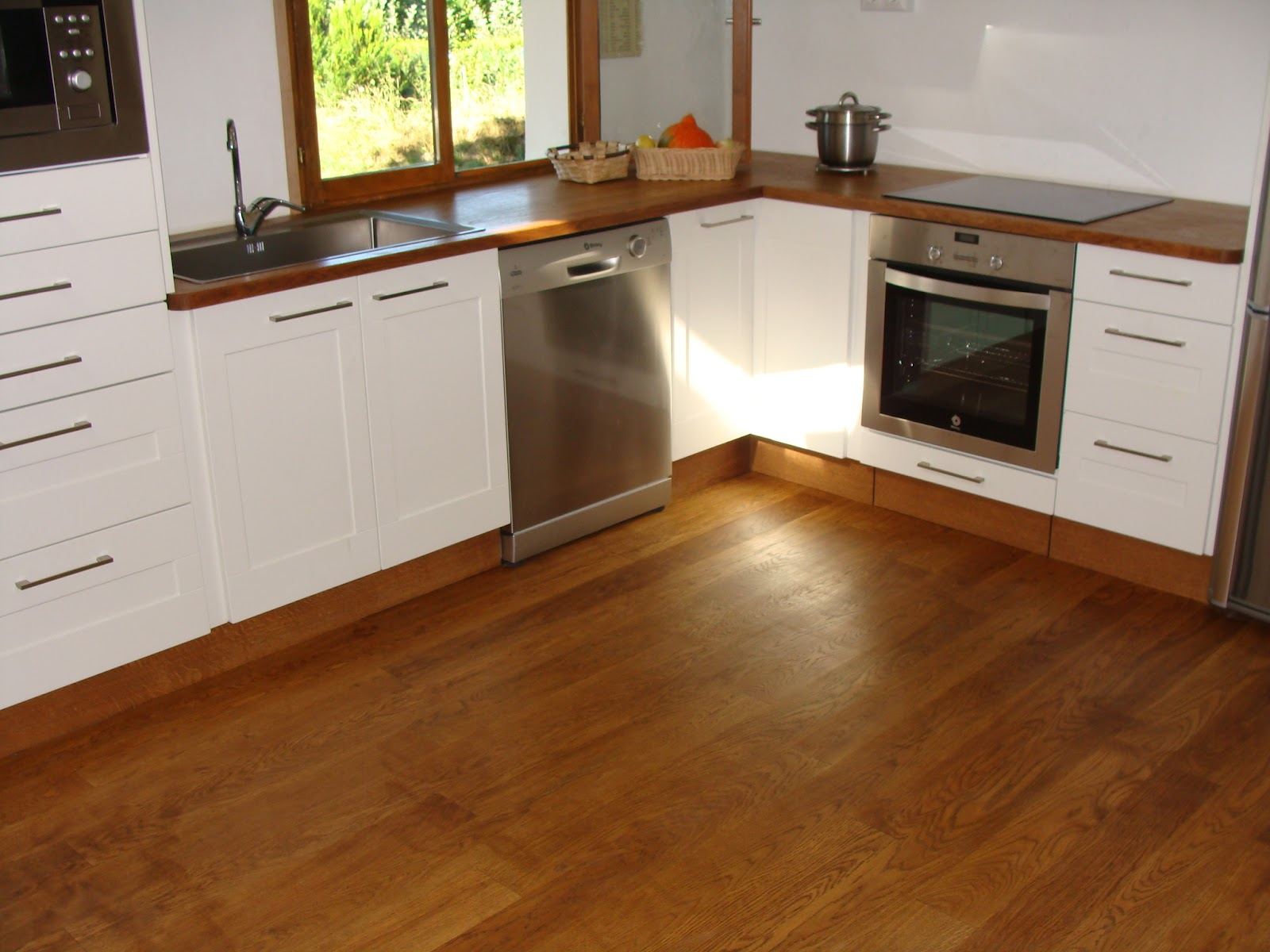 Andocarpinteando tarima de madera de roble en una cocina - Tarima para cocina ...