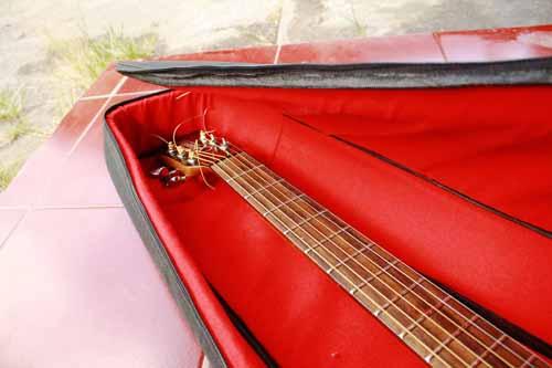 tas gitar akustik tebal presisi dan rapi