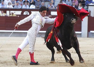 MADRID.- Los trestoreros que hicieron hoy el paseíllo en el festejo ...