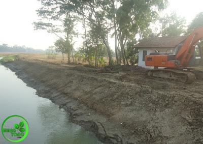 FOTO 2 : Pengerukan sungai Ciasem, dusun Gardu.