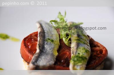 Anchoas marinadas con tomates confitados y aceite de perejil