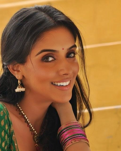 asin thottumkal cute smile pictures