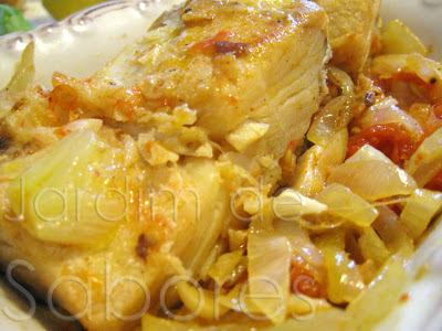 Bacalhau Alourado com Molho de Cebolada