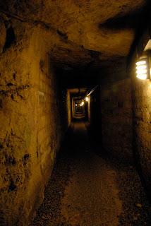 Langer dunkler Gang in den Pariser Katakomben