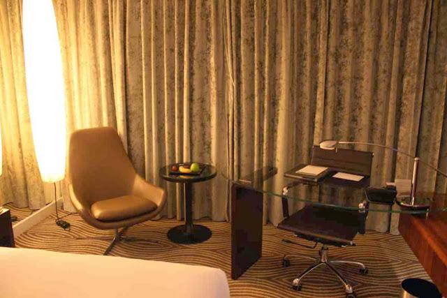 Schreibtisch und Sitzecke im Executive Zimmer © Copyright Monika Fuchs, TravelWorldOnline