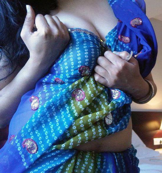 Blue Saree Bhabhi Bra Showing Deep Cleavage