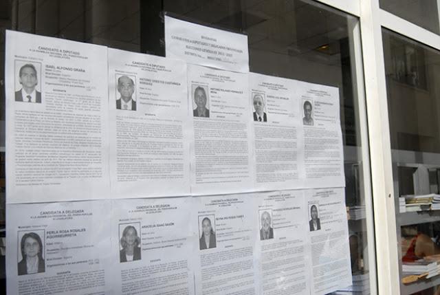 Fotos y biografías de los candidatos al Parlamento Cubano expuestas en la calle Obispo, en La Habana, Cuba