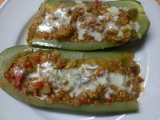 Calabacines Rellenos De Verduras Y Carne Picada Con Salsa De Queso Azul