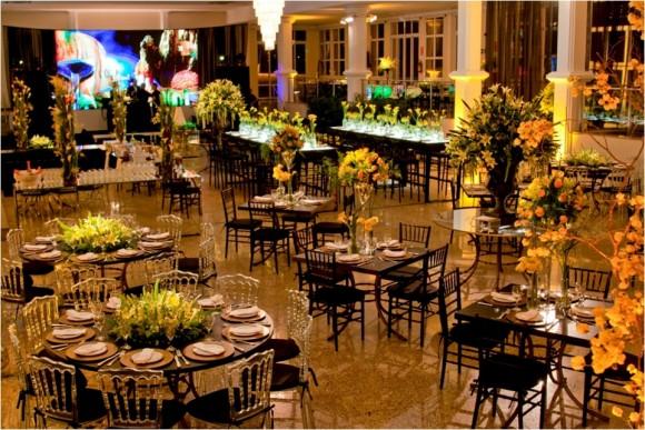 decoracao amarelo branco e preto:Porta-guardanapo, toalhas de mesa e cadeiras em preto fica lindo !