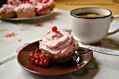 108. Muffiny waniliowe z musem z czerwonych porzeczek