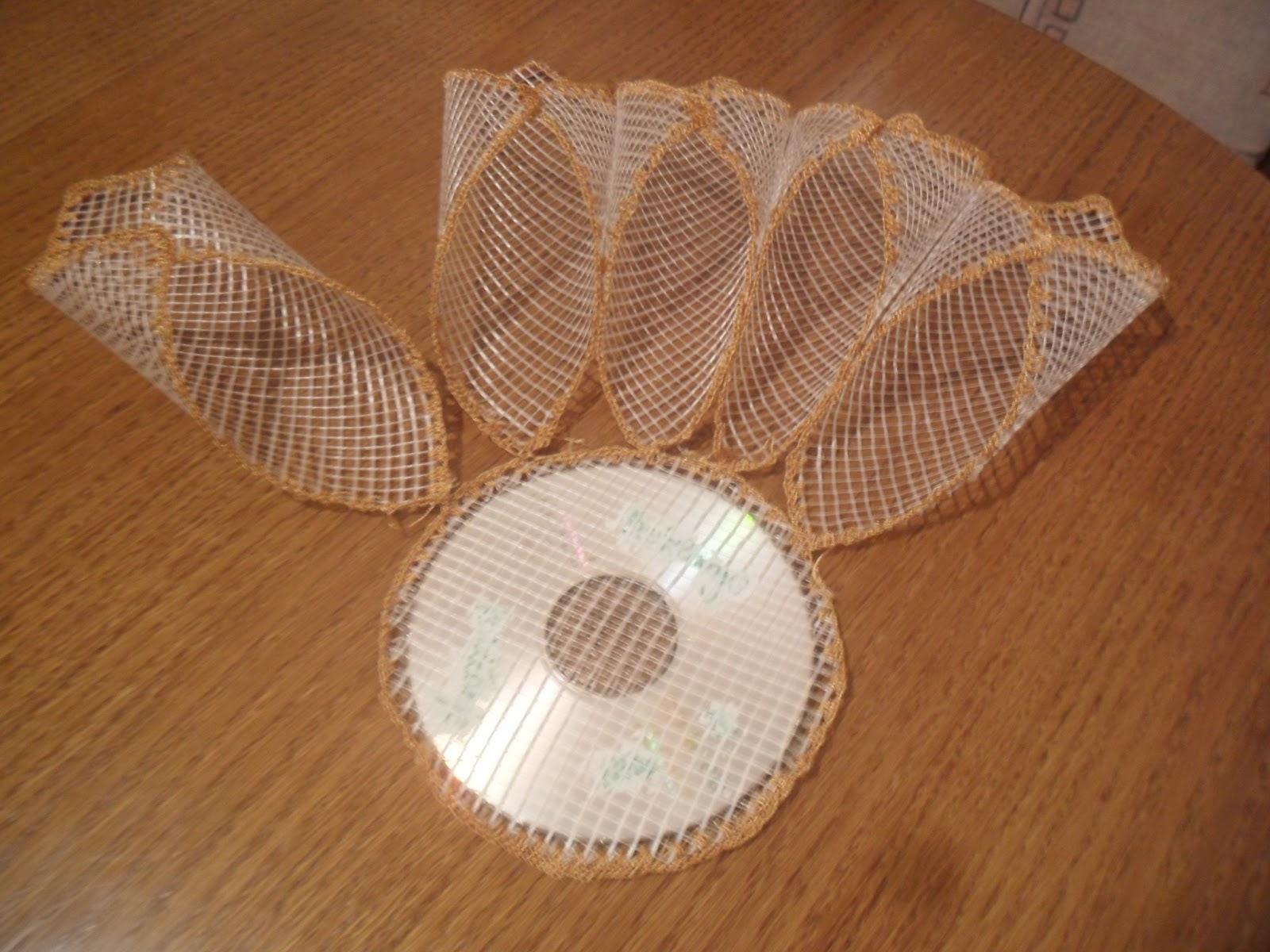 Zatim na obrađeni cd postavite ukrasne mrežice