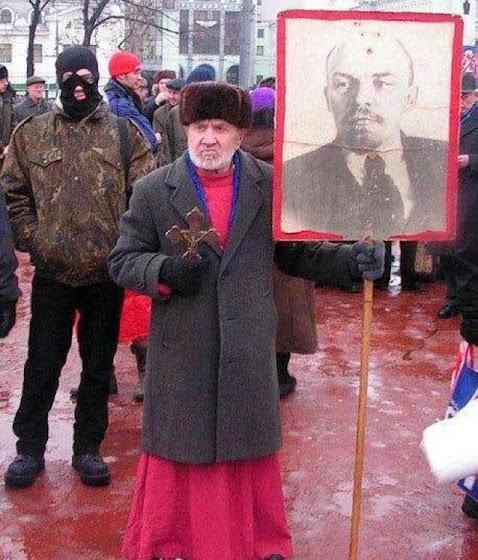 Sacerdote ortodoxo russo em Nagatino, no sul de Moscou, na linha pregada pelo patriarca Kirill.
