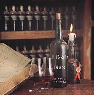 Imagem de adega de vinhos Madeira e taças para degustação