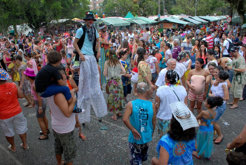 Crianças e adultos aproveitam o Carnaval da família, no Alto