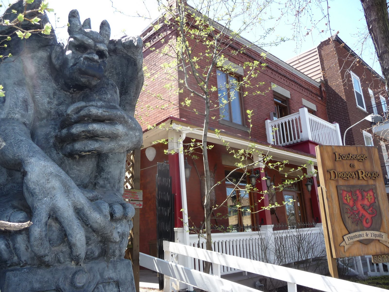 Cuisine Rouge Avec Bar :  à l Auberge du Dragon Rouge , restaurant au thème médiéval