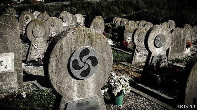 cementerio tipico vasco con lauburus adornando las orlas