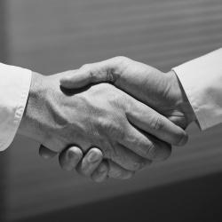poignée de mains entre deux personnes (photo en noir et blanc)