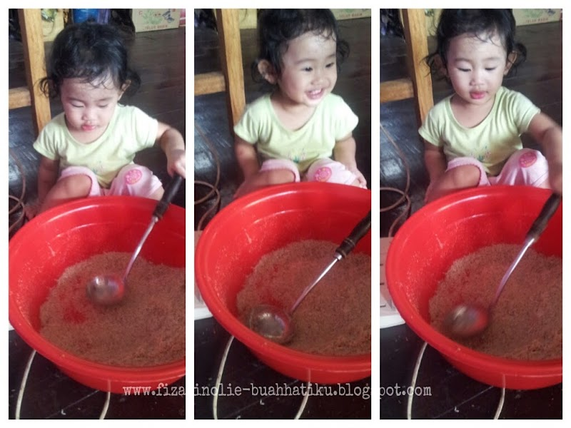 Budak Setahun 5 Bulan Tolong Mak Di Dapur