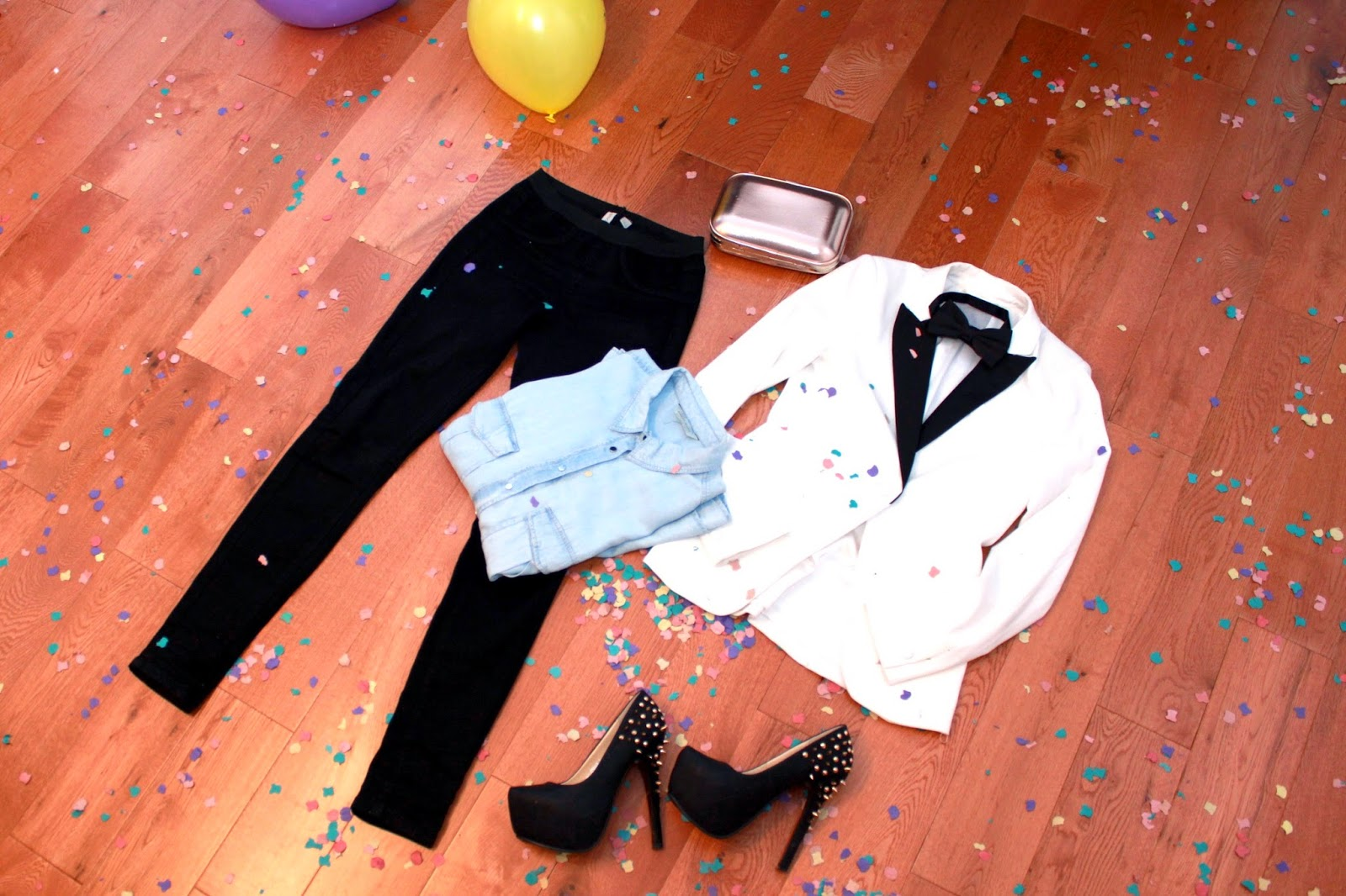 Blazer, pajarita, camisa vaquera, leggins negros, Outfit Nochevieja