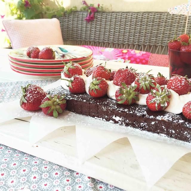 Simpler geht's nicht! Veganer Schokobrownie mit Erdbeeren und Sojasahne