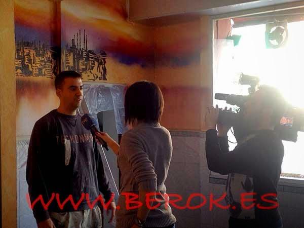 Reportera de televisión grabando a Berok para un programa de graffitis de España en directo