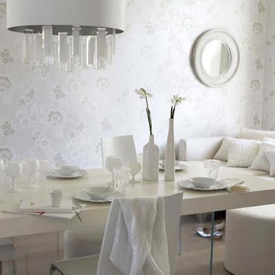 Sala de jantar branca com papel de parede floral