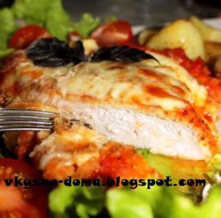 Сочное куриное филе под томатным соусом и сыром