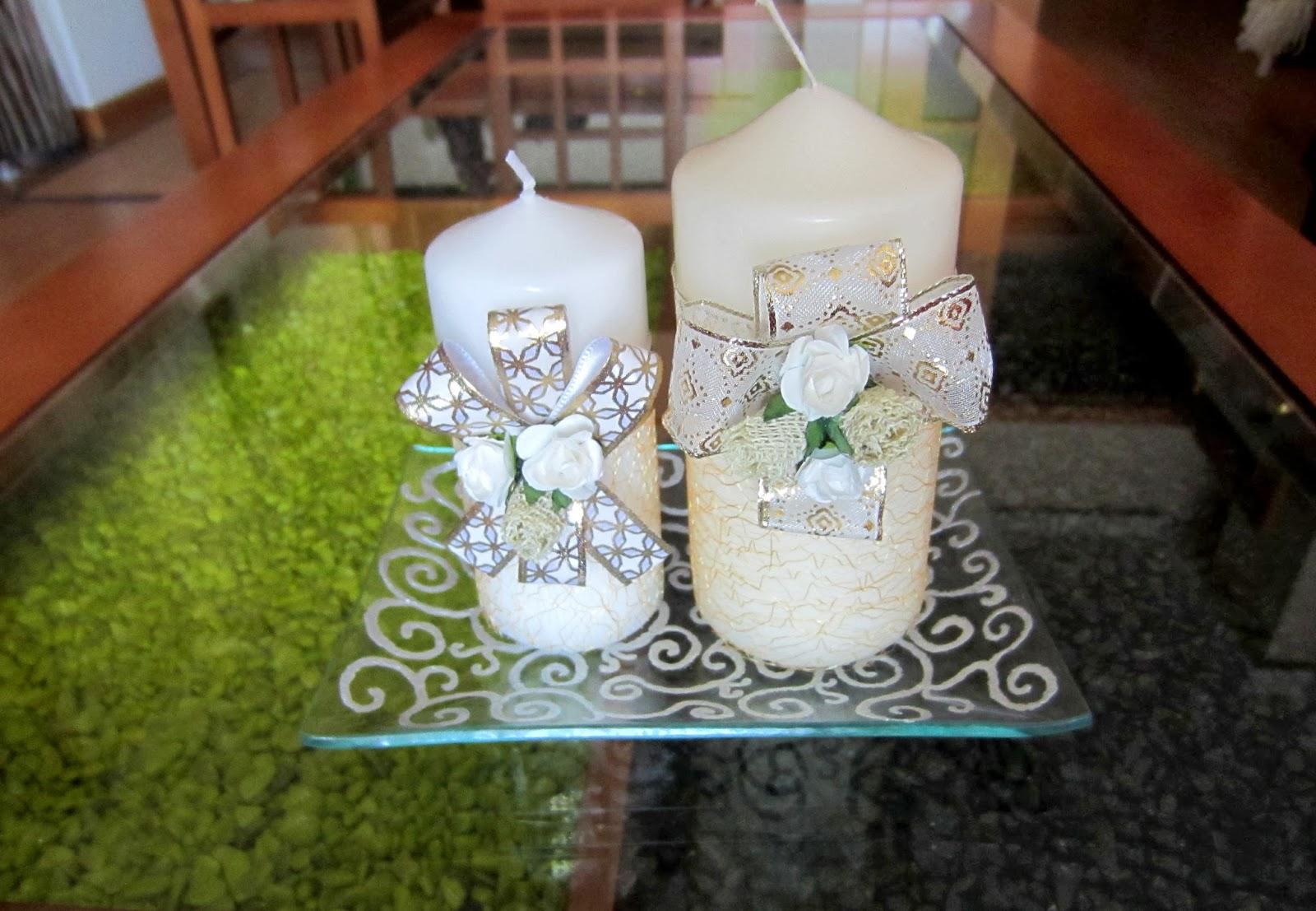 aqu tenis dos velas decoradas para estas navidades con flores de papel y lazos estn colocadas en una bandeja de cristal pintada con pintura plateada - Velas Decoradas