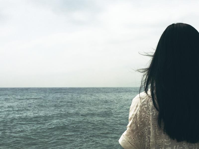 mustat paksut hiukset