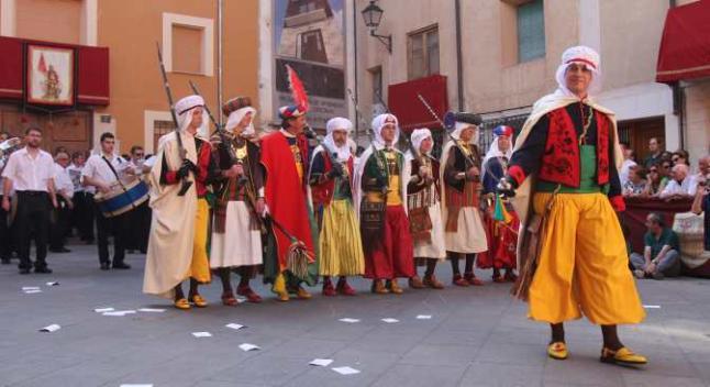 la llegada de los moros en El madrugador montaje del castillo en la avenida conde lumiares (800 horas) alzó ayer el telón a las fiestas de moros y cristianos de altozano, que ayer vivieron.