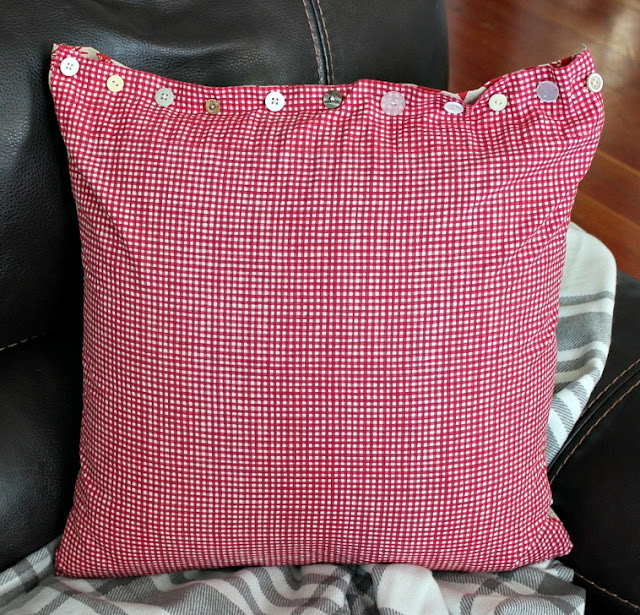 christmas pillows, DIY, sewing, buttons, http://bec4-beyondthepicketfence.blogspot.com/2015/11/12-days-of-christmas-day-5-table-runner.html