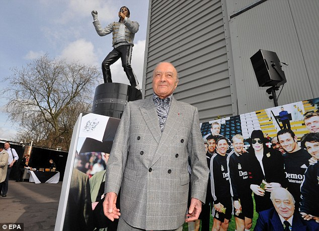 Estátua de Michael Jackson será removida do estádio Fulham Michael+Jackson+Estatue+Mohamed+Al+Fayed+2013