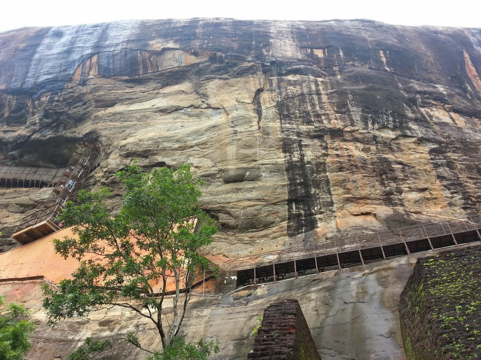 Начало зеркальной стены, вход, Сигирия, Шри-Ланка, доказательства альтернативной истории, полированный фарфор
