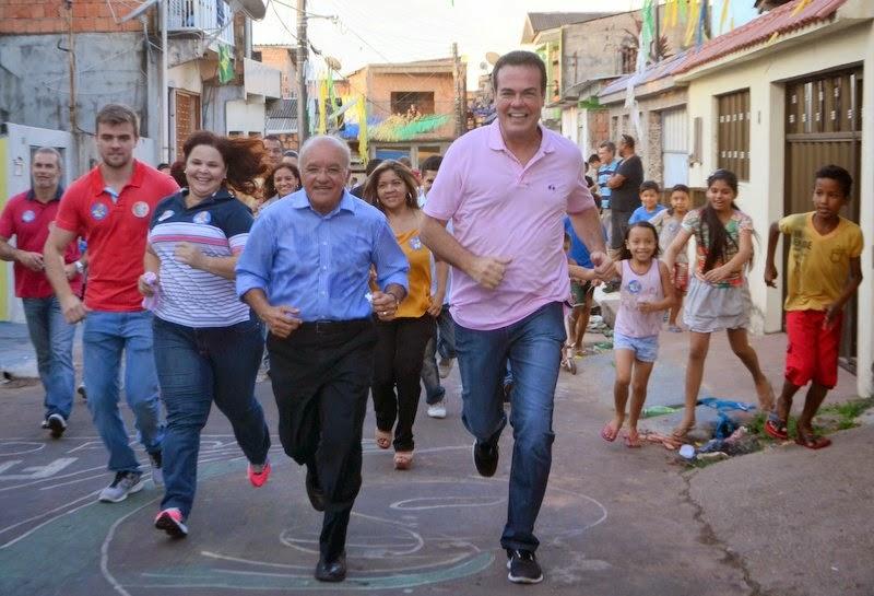 José Melo faz caminhada no bairro da Compensa