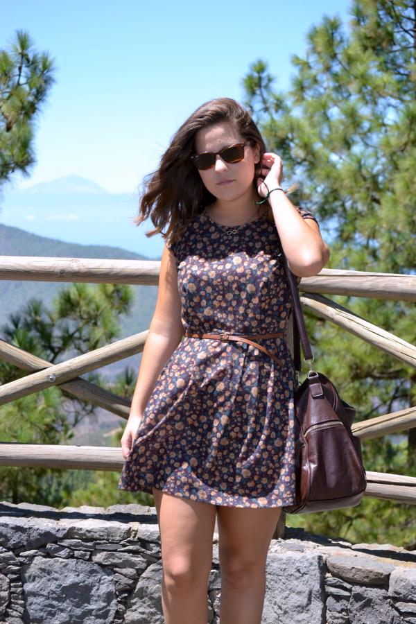 look_vestido_con_botines_flecos_colgante_pulsera_simbolo_infinito_nudelolablo_03