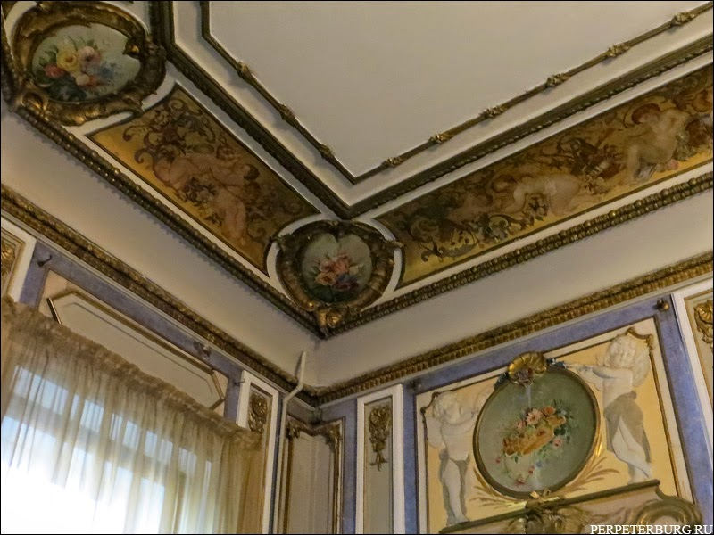 Интерьерная экскурсия по квартире Бильдерлингов в Петербурге. Золоченые фризы с росписью
