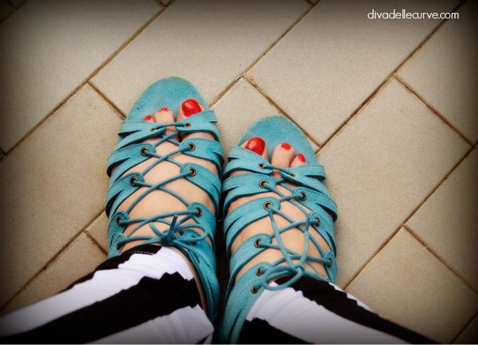 outfit plus size righe su righe sandali gladiatore azzurri divadellecurve.com